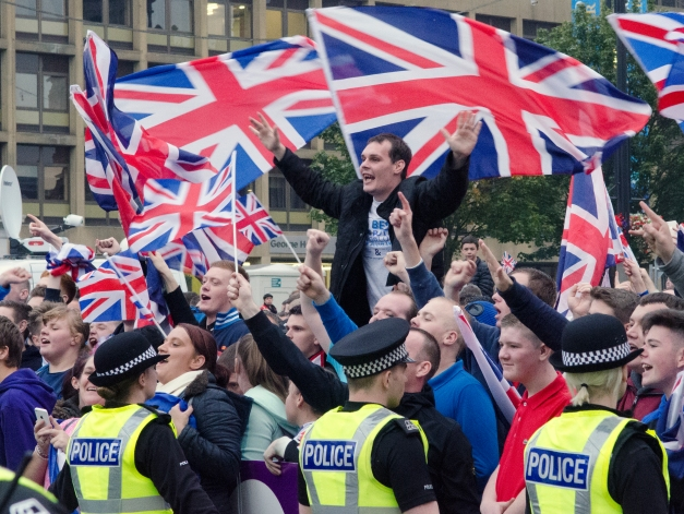 Unionists, reportedly angry about the media attention given to 'yes' campaigners in George Square, arrive en masse to occupy the park.